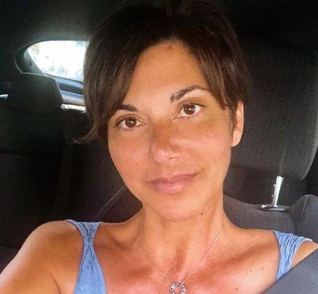 Valentina Bendicenti mentre guida la sua auto al volante